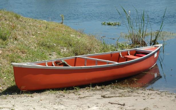kanot vid vattnet