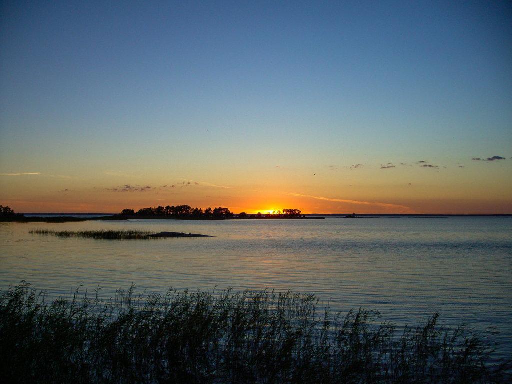 avkopplande solnedgång vid Vänerns strand